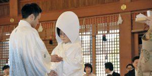 白無垢に綿帽子の花嫁姿と紋付羽織袴姿の花婿