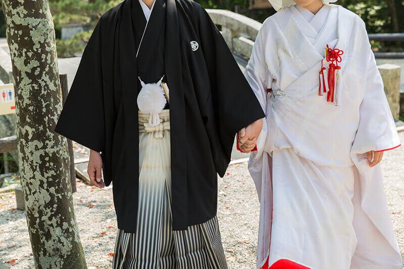 男性は紋付羽織袴、女性は白無垢